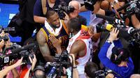 Pemain Cleveland Cavaliers, LeBron James (tengah kiri) memeluk center Toronto Raptors, Bismack Biyombo, seusai Gim 6 Final Wilayah Timur NBA di Air Canada Center, Toronto,  Jumat (27/5/2016) malam waktu setempat. (EPA/Warren Toda)
