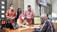 Head of Sales and Distribution CIMB Niaga Robby Mondong (kanan) menyapa dan menyaksikan pelayanan nasabah di Kantor Cabang Graha CIMB Niaga, Jakarta.