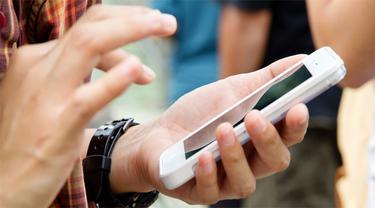 Orangtua Bisa Jadi Kasar karena Ada Ponsel