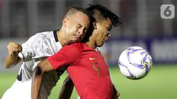 Pemain Timnas Indonesia U-19, Sutan Diego (kanan) berebut bola dengan pemain Timor Leste pada laga kualifikasi Grup K Piala AFC U-19 2020 di Stadion Madya Gelora Bung Karno, Jakarta, Rabu (6/11/2019). Indonesia unggul 3-1. (Liputan6.com/Helmi Fithriansyah)