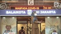 Suasana aktivitas pegawai di Blok G Balai Kota, Jakarta, Selasa (1/12/2020). Kantor Gubernur dan Wagub DKI Jakarta terpaksa ditutup sementara setelah Anies Baswedan dikabarkan terkonfirmasi positif Covid-19 berdasarkan hasil tes usap pada Senin (30/10) kemarin.  (merdeka.com/Iqbal S. Nugroho)