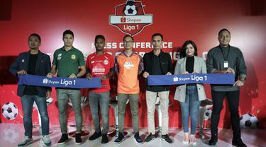 Perwakilan Shopee, EMTEK dan klub, foto bersama saat konferensi pers launching official merchandise 5 klub di Holywings, Jakarta, Selasa (23/7). Shoppe hadirkan official shop  dari 5 klub Liga 1.