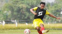 Nurdiansyah, pemain Arema FC yang merupakan gerbong pelatih Mario Gomez yang tetap bertahan bersama Singo Edan. (Bola.com/Iwan Setiawan)