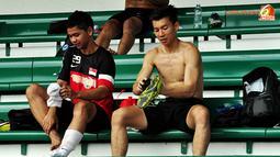 Para pemain Singapura bersiap kembali ke hotel tempat seluruh peserta grup B Piala AFF Suzuki 2012 menginap, usai latihan tertutup di Lapangan Maybank, Putrajaya, Malaysia, pada 27 November 2012.