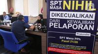 Petugas melayani masyarakat yang ingin melaporkan SPT di Kantor Direktorat Jenderal Pajak di Jakarta, Rabu (11/3/2020). Hingga 9 Maret 2020, pelaporan SPT pajak penghasilan (PPh) orang pribadi meningkat 34 persen jika dibandingkan pada tanggal yang sama tahun 2019. (Liputan6.com/Angga Yuniar)