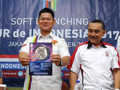 Ketua Umum PB ISSI, Raja Sapta Oktohari (tengah) menunjukkan pamplet lomba logo Tour de Indonesia 2017 saat soft launching di Jakarta, Selasa (8/11). Rencananya, lomba akan menempuh jarak dari Jakarta hingga Banyuwangi. (Liputan6.com/Helmi Fithriansyah)
