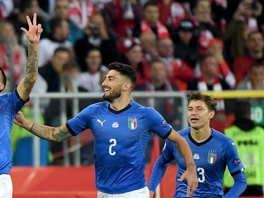 Bek Italia, Cristiano Biraghi (kiri) berselebrasi usai mencetak gol ke gawang Polandia selama UEFA Nations League Grup 3 di Silesian Stadium, Polandia (14/10). Gol Biraghi berhasil membawa Italia menang  atas Polnadia 1-0. (AFP Photo/Janek Skarzynski)