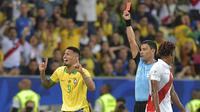 Reaksi pemain Timnas Brasil, Gabriel Jesus, saat diganjar kartu merah pada laga final Copa America 2019 kontra Peru di Stadion Maracana, Senin (8/7/2019) dini hari WIB. (AFP/Carl De Souza)