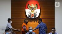Tersangka kasus dugaan penerimaan gratifikasi bersama Bupati Malang periode tahun 2010-2015 dan periode 2016–2021 Eryck Armando Talla (rompi orange) digiring petugas saat dihadirkan pada rilis penetapan masa penahanan di gedung KPK, Jakarta, Kamis (30/7/2020). (Liputan6.com/Helmi Fithriansyah)