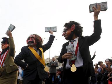 Para demonstran mengenakan kostum pejabat dan topeng sambil menghambur-hamburkan uang berunjuk rasa anti korupsi untuk memprotes pencalonan presiden Peru, Keiko Fujimori di Kota Lima, Peru (5/4). (REUTERS/Guadalupe Pardo)