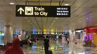 Ikuti papan informasi yang menunjukkan arah stasiun MRT bandara Changi. (Bola.com/Reza Khomaini)