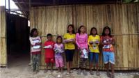 Anak-anak suku laut Pulau Mensemut berada di bangunan SDN 022 Senayang Kelas Jauh sebelum ambruk ditimpa pohon (Batamnews.co.id/ist)