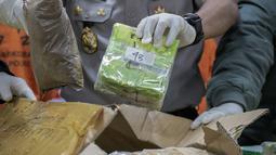 Karo Penmas Divisi Humas Polri Brigjen Argo Yuwono menunjukkan barang bukti kasus narkoba jaringan Malaysia-Riau-Jakarta di Gedung Bareskrim Polri, Jakarta, Selasa (21/1/2020). Sebanyak 70 kilogram sabu yang disembunyikan menggunakan tumpukan ikan asin berhasil disita. (Liputan6.com/Faizal Fanani)
