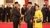 Presiden Joko Widodo atau Jokowi menyalami Komjen Syafruddin usai melantiknya sebagai Menteri Pendayagunaan Aparatur Negara dan Reformasi Birokrasi (PANRB) di Istana Negara, Jakarta, Rabu (15/8). Syafruddin menggantikan Asman Abnur. (Liputan6/HO/Pian)