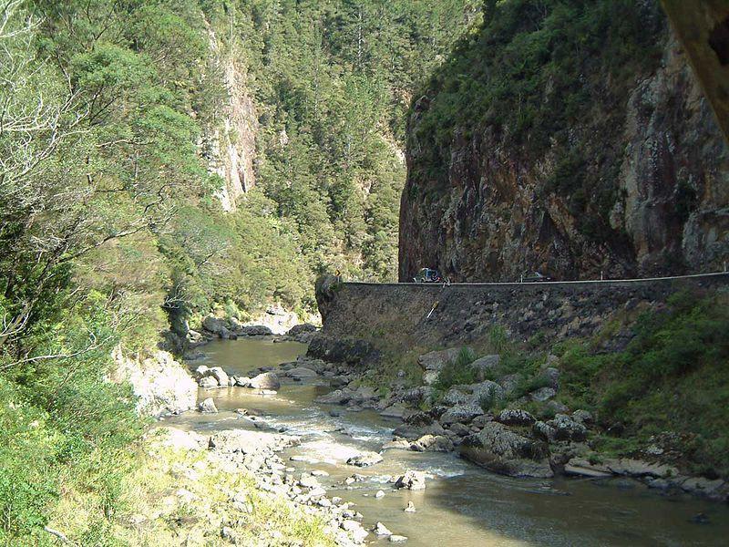 Diperkirakan ada cadangan emas berkualitas tinggi sebesar 8.500 kilogram di Karangahake Gorge (Wikipedia)