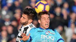 Gelandang Juventus, Rodrigo Bentancur, duel udara dengan gelandang Atalanta, Mario Pasalic, pada laga Serie A di Stadion Atleti Azzurri, Rabu (26/12). Kedua tim bermain imbang 2-2. (AFP/Marco Bertorello)