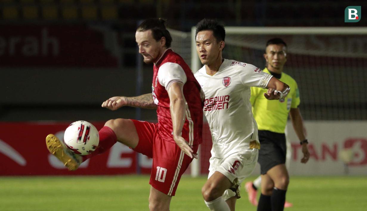 Pemain Persija Jakarta, Marc Klok (kiri) mengontrol bola dibayangi pemain PSM Makassar, Sutanto Tan dalam laga leg kedua semifinal Piala Menpora 2021 di Stadion Manahan, Solo, Minggu (18/4/2021). (Bola.com/Ikhwan Yanuar)