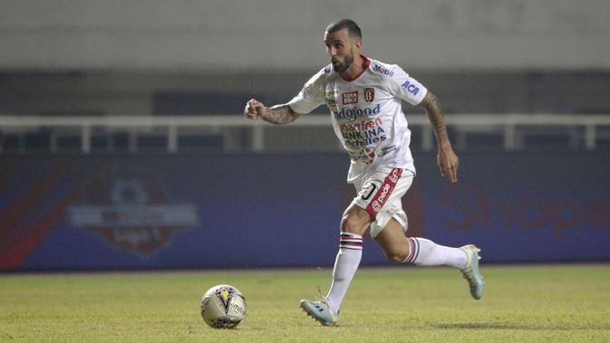 Gelandang Bali United, Paulo Sergio, menggiring bola saat melawan Tira Persikabo pada laga Shopee Liga 1 di Stadion Patriot Pakansari, Bogor, Kamis (15/8). Bali menang 2-1 atas Tira Persikabo. (Bola.com/Yoppy Renato)