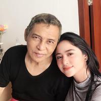 Dewi Perssik dan ayahnya (Instagram/ dewiperssikreal)