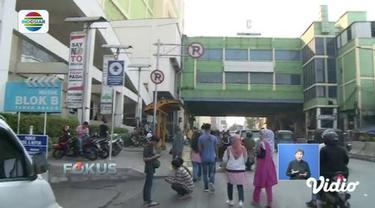 Pasca aksi massa 22 Mei, gedung Pasar Tanah Abang masih belum beroperasi. Namun sejumlah PKL di sekitar pasar sudah mulai berjualan.