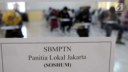 Sejumlah peserta mengikuti SBMPTN 2018 di Kampus Universitas Islam Negeri (UIN) Syarif Hidayatullah, Tangerang Selatan, Selasa (8/5). Sebanyak 74 ribu peserta calon mahasiswa ikut ujian SBMPTN di UIN. (Merdeka.com/Arie Basuki)