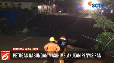 Petugas gabungan masih melakukan penyisiran di lokasi amblesnya Jalan Raya Gubeng untuk mengetahui apakah ada korban jiwa atau tidak.