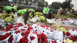 Petugas menata sejumlah tanaman di sekitar Patung Kuda Arjuna Wiwaha, Jakarta, Selasa (15/8). Pembersihan kolam serta penataan tanaman dilakukan dalam rangka peringatan hari kemerdekaan RI pada 17 Agustus mendatang. (Liputan6.com/Immanuel Antonius)