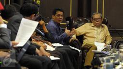 Wakil Ketua Komisi II DPR RI, Riza Patria (kiri) memberikan paparan saat pertemuan konsultasi dengan Mahkamah Konstitusi  di Jakarta, Kamis (14/4). Pertemuan membahas RUU Pilkada serta evaluasi pelaksanaan Pilkada serentak 2015 (Liputan6.com/Helmi Afandi)