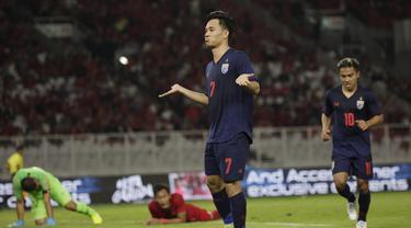 Gelandang Thailand, Supachok Sarachat, merayakan gol ke gawang Timnas Indonesia pada laga Kualifikasi Piala Dunia 2022 di SUGBK, Jakarta, Selasa (10/9). Indonesia kalah 0-3 dari Thailand. (AFP/Vitalis Yogi Trisna)