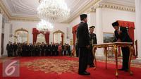 Presiden Jokowi menandatangani berita acara dalam  pelantikan Kepala Badan Intelijen Negara (BIN) di Istana Negara, Jakarta, Jumat (9/9). Budi Gunawan resmi menjadi Kepala BIN menggantikan Sutiyoso. (Liputan6.com/Faizal Fanani)