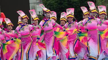 Para pelajar dari kelompok etnis Qiang menampilkan tarian di sebuah lapangan di Wilayah Otonom Etnis Qiang Beichuan, Provinsi Sichuan, China pada 14 November 2020. Serangkaian aktivitas dalam perayaan tahun baru kelompok etnis Qiang dimulai di Beichuan pada Sabtu (14/11). (Xinhua/Jiang Hongjing)