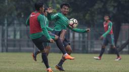 Pemain Timnas Indonesia, Muhammad Hargianto berebut bola dengan Septian David saat latihan di Lapangan ABC Senayan, Jakarta, Sabtu (17/3/2018). Latihan ini merupakan persiapan jelang laga uji coba melawan Singapura. (Bola.com/Vitalis Yogi Trisna)