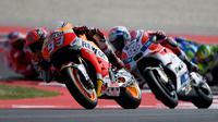 Persaingan sengit juga terjadi antara Marquez dan Dovizioso dalam memperebutkan posisi ketiga. Namun keduanya akhirnya gagal meraih podium MotoGP San Marino, Minggu (11/9/2016). (AFP/Gabriel Bouys)