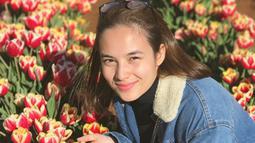 Berfoto di taman bunga. Jadi, Chelsea Islan sama cantiknya dengan bunga atau lebih cantik dari bunga? (Liputan6.com/IG/chelseaislan)