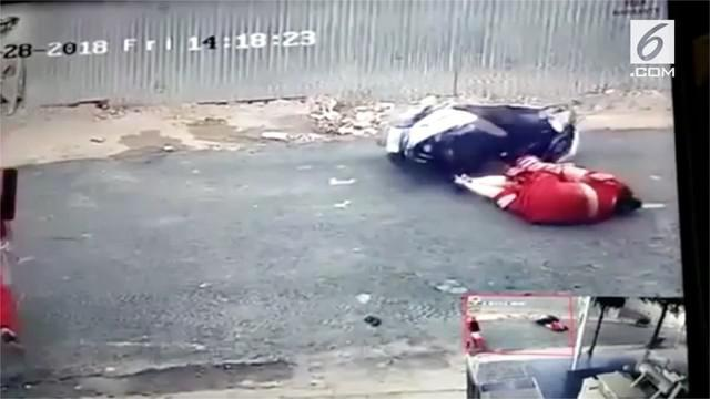 Ibu dan anak terjatuh dari sepeda motor saat dijambret. Pelaku berhasil mengambil kalung korban.