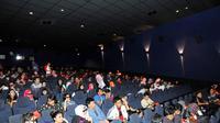 Suasana di dalam bioskop  jelang pemutaran film The Hobbit di Blitz Megaplex,  Jakarta, Minggu (21/12/2014). (Liputan6.com/Panji Diksana)