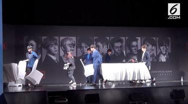 Setelah sebuah acara, para personel Suju tak segan merapikan meja dan kursi tempat mereka preskon.