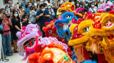 Anak-anak tampil dalam upacara kelulusan program pelatihan tari barongsai di Makau, 12 September 2020. Selama musim panas, 40 anak menyelesaikan program pelatihan tari barongsai, seni pertunjukan tradisional China yang sering dipentaskan untuk hiburan di acara-acara perayaan. (Xinhua/Cheong Kam Ka)