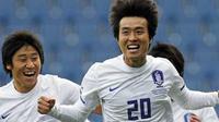 Selebrasi striker Korea Selatan, Lee Dong-Gook (tengah) seusai menjebol gawang Pantai Gading di laga persahabatan yang berlangsung di Loftus Road Stadium, 3 Maret 2010. Korsel unggul 2-0. AFP PHOTO / GLYN KIRK