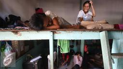 PRT infal tengah beristirahat di penyedia tenaga kerja Bu Gito, Jakarta, Kamis (30/6). Menjelang lebaran, permintaan PRT inval meningkat 10% dibanding tahun lalu, dengan tarif Rp140ribu perhari. (Liputan6.com/Immanuel Antonius)