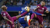 Striker Chelsea, Alvaro Morata, berusaha melewati hadangan pemain Manchester City pada laga Premier League di Stadion Stamford Bridge, London, Sabtu (30/9/2017). Chelsea kalah 0-1 dari City. (AFP/Ian Kington)