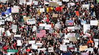Ribuan siswa turun ke jalan menuju gedung Capitol saat melakukan aksi protes di Madison (14/3). Siswa dari seluruh negara bagian AS menggelar aksi menentang kekerasan senjata. (Steve Apps / Wisconsin State Journal via AP)