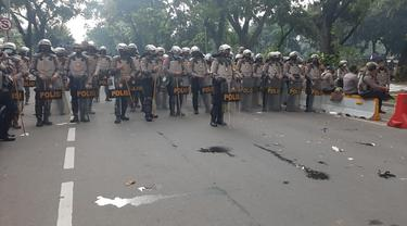 Polisi bersiaga mengawal demo di kawasan Patung Kuda, Jakarta, Selasa (21/10/2020).)