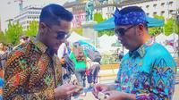 Hengky Kurniawan dan Ridwan Kamil terlihat asyik berdiskusi sambil memegang wajit cililin (Dok.Instagram/@hengkykurniawan/https://www.instagram.com/p/B0cZtp9F7L4/Komarudin)