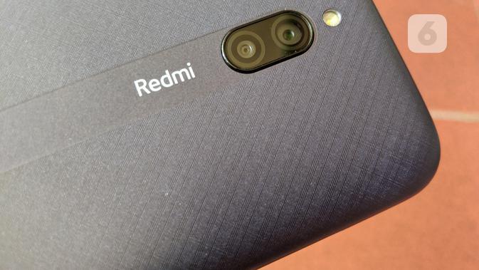 Bodi belakang Redmi 8A Pro menggunakan bahan khusus agar tidak mudah slip dari genggaman. (Liputan6.com/ Yuslianson)