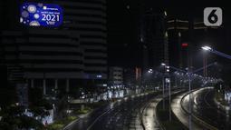 Suasana sepi saat diberlakukannya Car Free Night dan Crowd Free Night di Jalan Sudirman-MH Thamrin, Jakarta (31/12/2020). Jalan Sudirman-MH Thamrin ditutup pada malam pergantian tahun untuk mencegah kerumunan warga. (Liputan6.com/Johan Tallo)