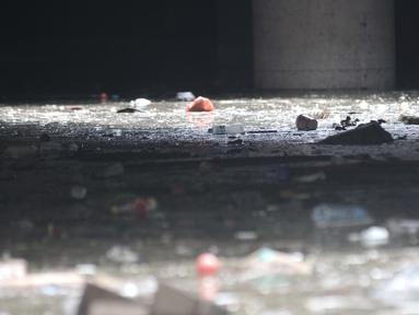 Kondisi Underpass Kemayoran yang dipenuhi sampah akibat banjir di Jakarta, Minggu (2/2/2020). Selain melumpuhkan akses, banjir setinggi hingga 5 meter tersebut menyebabkan sampah memenuhi Underpass Kemayoran. (merdeka.com/Iqbal S. Nugroho)