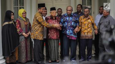 Wakil Presiden terpilih Maruf Amin (keempat kiri) bersama Ketua Perwakilan Pendeta Papua Richard Tonjau (ketiga kanan) dan Ketua Gerakan Nasionalis Religius Bobby S. Hendrawan (ketiga kiri) saling berpegangan tangan usai melakukan pertemuan di Jakarta, Kamis (5/9/2019). (Liputan6.com/Faizal Fanani)
