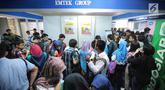 """Para pencari kerja memadati Job Fair yang diadakan di Istora GBK, Jakarta, Rabu (19/9). Job Fair bertajuk Jakarta spektakuler """"Job for Career"""" diikuti lebih dari 120 perusahaan BUMN, swasta skala nasional maupun internasional. (Liputan6.com/Faizal Fanani)"""