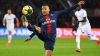 Striker PSG, Kylian Mbappe, mengontrol bola saat melawan Dijon pada laga Liga Prancis di Stadion Parc des Princes, Paris, Sabtu (18/5). Mbappe dinobatkan jadi pemain terbaik Liga Prancis. (AFP/Franck Fife)